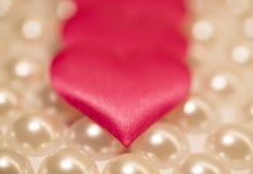 Hintergrund, Herzen gegen den Hintergrund von den Perlen stockfoto