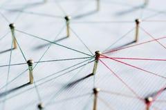 Hintergrund Idee des abstrakten Begriffs des Netzes, Social Media, Internet, Teamwork, Kommunikation Reißzwecke verbunden lizenzfreie stockbilder