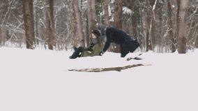 Hintergrund Junge Paare, die auf Sunny Winter Day rodeln und genießen Langsame Bewegung stock footage