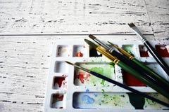 Hintergrund-Kunstkonzept der Künstlerpinselpalette rustikales hölzernes Stockbild