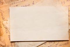 Hintergrund mit alten Papieren und Buchstaben Stockfoto