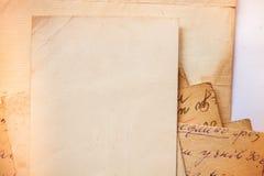 Hintergrund mit alten Papieren und Buchstaben Stockbilder