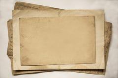 Hintergrund mit alten Papieren und Buchstaben Stockbild
