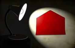 Hintergrund mit Beleuchtungschreibtischlampe und -umschlag Stockbilder