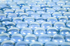 Hintergrund mit blauen Glaskugeln Lizenzfreie Stockfotografie