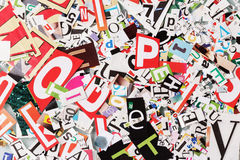 Hintergrund mit Buchstaben von den Zeitungen Stockbilder