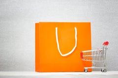 Hintergrund mit bunter Einkaufstasche Stockbilder