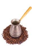 Hintergrund mit cezve und Kaffeebohnen Stockfoto