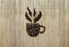 Hintergrund mit dem Becher hergestellt von den Kaffeebohnen Lizenzfreies Stockbild