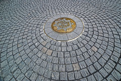 Hintergrund mit dem Kopfstein, der in der Mitte das Symbol von Timisoara hat Lizenzfreie Stockbilder