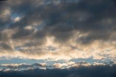 Hintergrund mit drastischen Gewitterwolken auf blauem Himmel Lizenzfreie Stockbilder
