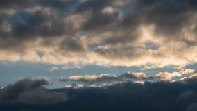 Hintergrund mit drastischen Gewitterwolken auf blauem Himmel Stockfotografie