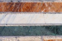 Hintergrund mit drei Stücken des Steins mit Marmoreffekt Stockbilder