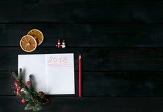Hintergrund mit einem Notizbuch mit einer roten Aufschrift 2018 Lizenzfreie Stockfotos