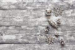 Hintergrund mit einer Grenze von silbernen Weihnachtendekorationen und whi Lizenzfreie Stockfotografie