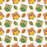 Hintergrund mit Eulen und Blättern Vector nahtloses Muster Stockfotos