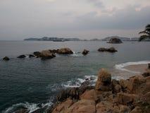 Hintergrund mit Felsen auf der Küste in Acapulco, Mexiko stockfoto