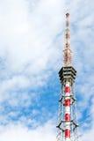 Hintergrund mit Fernsehturm und bewölktem Himmel Stockbild