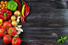 Hintergrund mit frischem, Herbstgemüse und Knoblauch lizenzfreie stockbilder