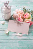 Hintergrund mit frischen Rosen blüht, Kerze in dekorativem Vogel c Stockbild