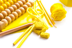 Hintergrund mit gelbem Plasticine, farbigen Bleistiften und anderem auch Stockfoto