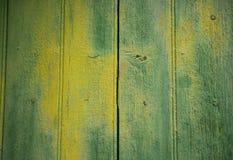 Hintergrund mit gelbgrüner gemalter hölzerner Tür Stockbilder