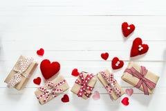 Hintergrund mit Geschenkboxen und Herzen formt auf Weiß gemalten wo lizenzfreie stockfotos