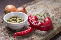 Hintergrund mit Gewürzen und Gemüse auf Planke Stockbild