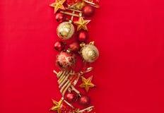 Hintergrund mit goldenem Flitter und Sternen im Rot Lizenzfreie Stockfotografie