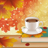 Hintergrund mit heißem Kaffee, Buch und Herbstlaub Stockfotos