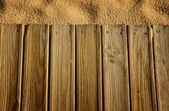 Hintergrund mit Holz und Sand Lizenzfreie Stockfotos