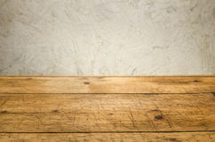 Hintergrund mit Holztisch und einer rustikalen Wand Stockbilder