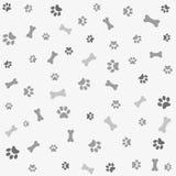 Hintergrund mit Hundetatzedruck und -knochen Stockbild