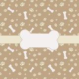 Hintergrund mit Hundetatzendruck und -knochen Lizenzfreie Stockfotografie