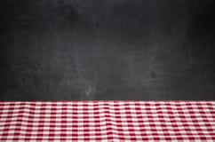 Hintergrund mit karierter Tischdecke und Tafel Stockbilder