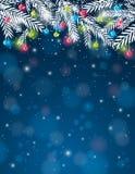 Hintergrund mit Kiefernzweig- und -weihnachtsball, VE Lizenzfreie Stockfotografie