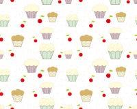Hintergrund mit kleinen Kuchen, Kirschen und farbigen Chips Stockfotos