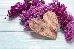 Hintergrund mit lila Blumen und dekorativem Herzen Stockfoto