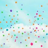 Hintergrund mit mehrfarbigem Fliegen steigt im blauen Himmel im Ballon auf Stockfotos