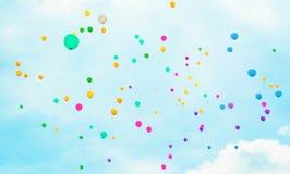 Hintergrund mit mehrfarbigem Fliegen steigt im blauen Himmel im Ballon auf Lizenzfreies Stockbild