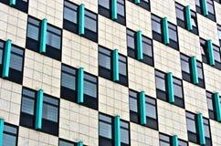Hintergrund mit moderner Wand mit Fenstern Stockfotografie