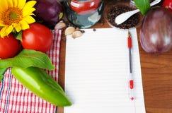 Hintergrund mit Papier und ein Satz Gemüse Stockbilder