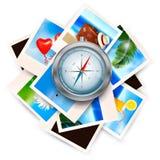 Hintergrund mit Reisefotos und -kompaß. Stockfotos