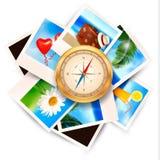 Hintergrund mit Reisefotos und -kompaß. Stockfoto