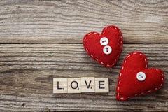 Hintergrund mit roten Herzen und Aufschrift lieben auf alten Brettern Stockfoto