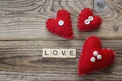 Hintergrund mit roten Herzen und Aufschrift lieben auf alten Brettern Lizenzfreies Stockfoto