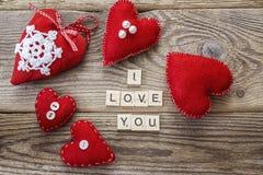 Hintergrund mit roten Herzen und eine Liebeserklärung auf altem Eber Lizenzfreies Stockfoto