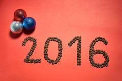 Hintergrund mit 2016 Rottönen mit Weihnachtsspielwaren Stockbild