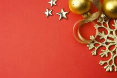 Hintergrund mit Schneeflocke, Sternen und Flitter \ Stockfotos