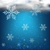 Hintergrund mit Schneeflocken im bewölkten Himmel Stockbilder